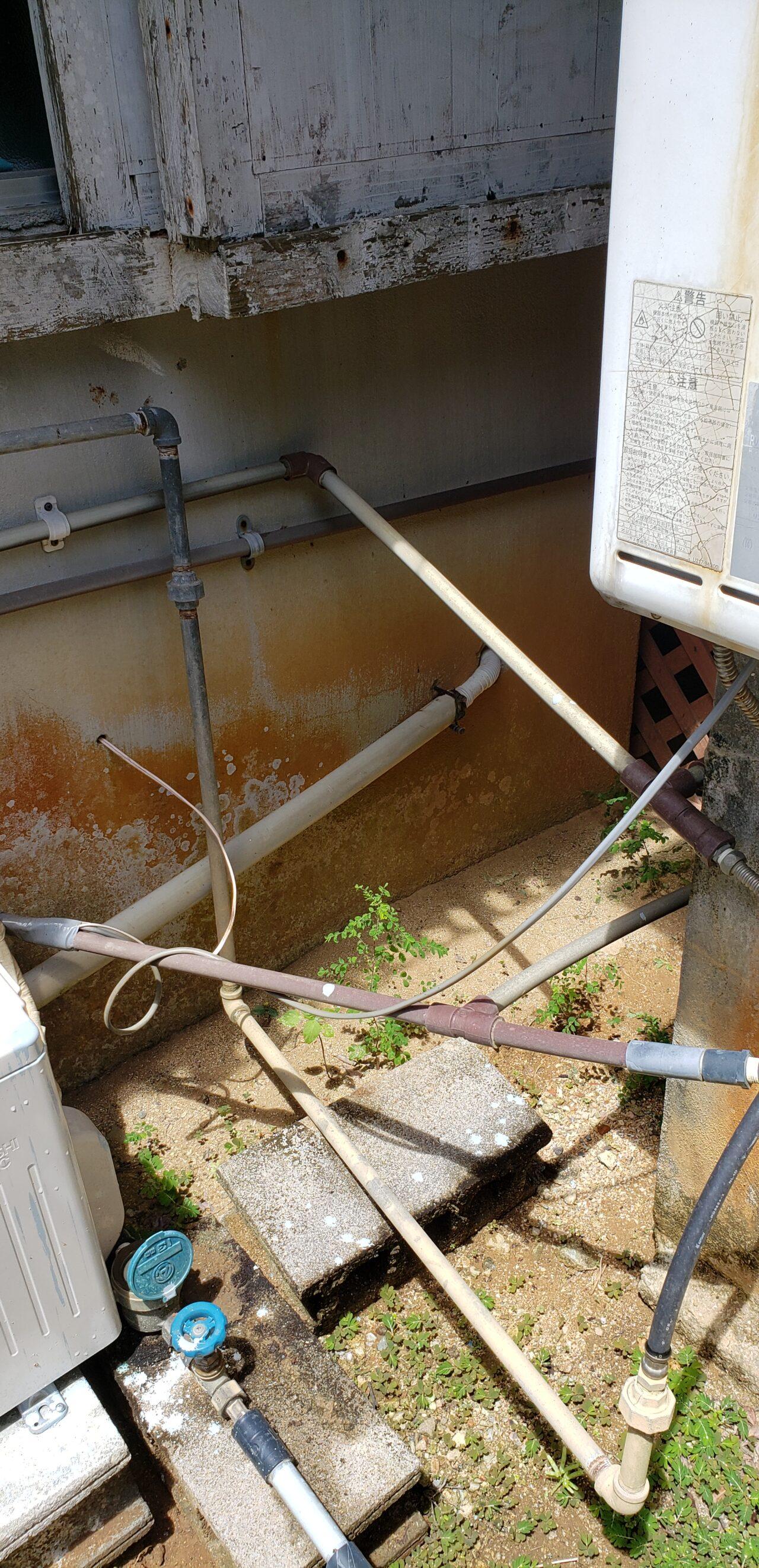 水道管設置が腰の高さで通れない